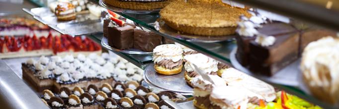 Všechny zákusky a koláče nabízené v našich cukrárnách jsou vyráběné přímo našimi cukráři.